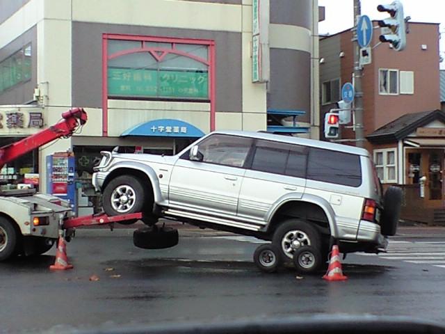 クルマ:朝からポロリ事故