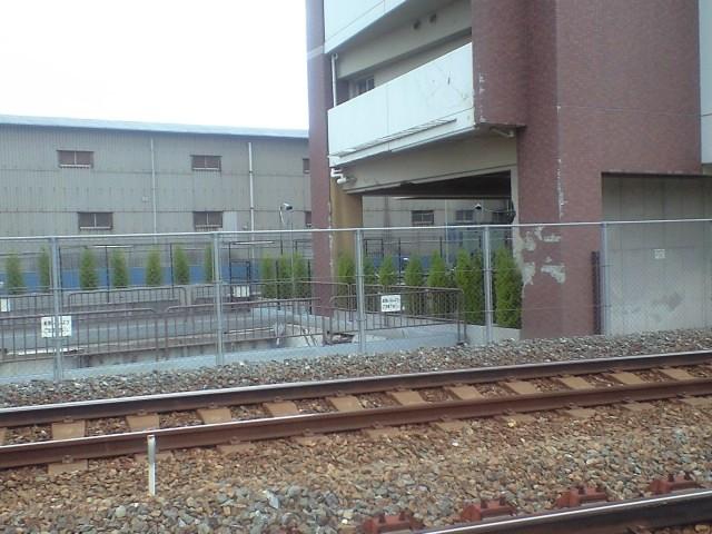 鉄道:廃線跡と無人の中層マンションと油冷変圧器の並ぶ変電所