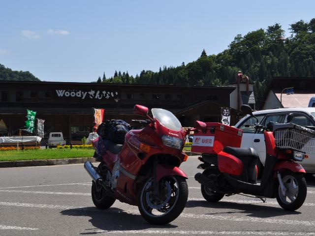 バイク:緑の中を走り抜けてく真っ赤な