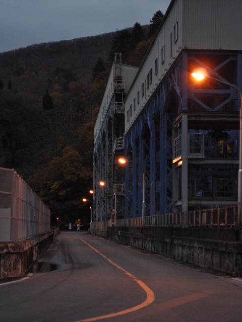 ダム:立派な堤体してるだろ、でも国道なんだぜ