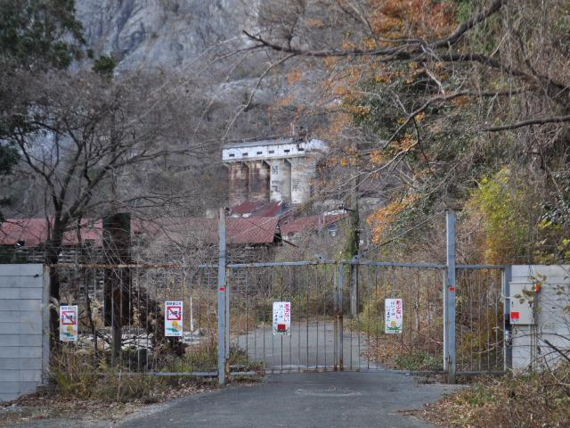 廃墟@白石鉱山に塀が出来たってね へぇ…