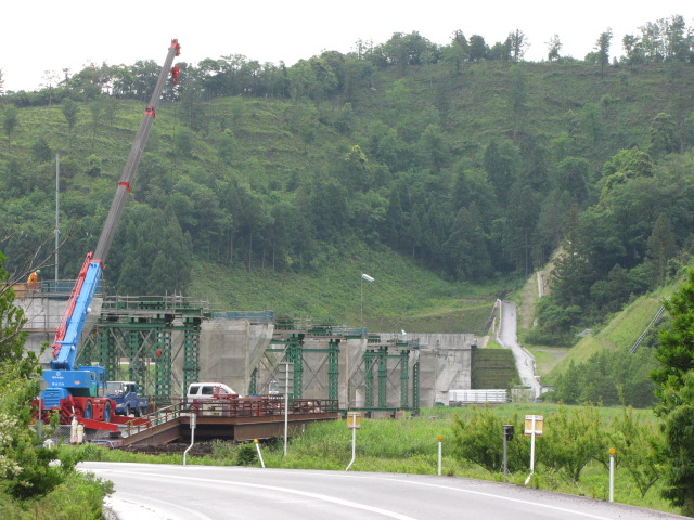 橋脚@未成橋脚ファンクラブ6月号 気山トンネルの先に群生する未成橋脚と旧国道とJRを一気に跨ぐ桁の架橋中