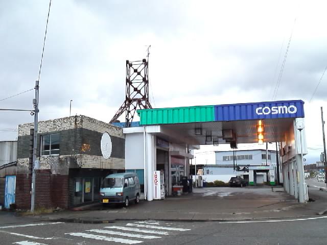 建築@今日のガソリンスタンド 丸善の丸い看板の跡の残る昭和40年代に流行ったのガソリンスタンド建築