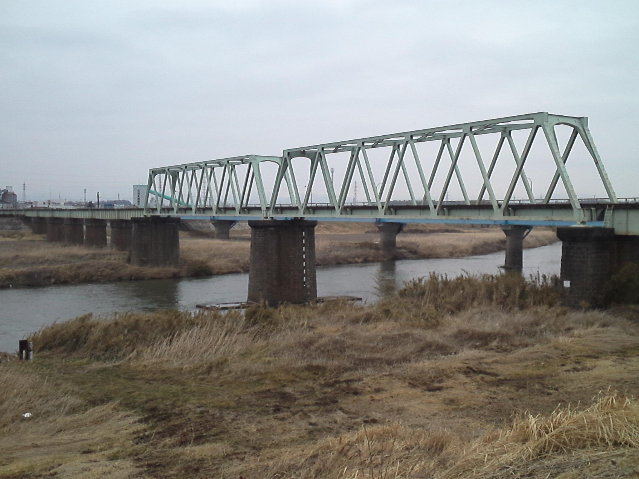 鉄道@磐越西線の年代物の石造り橋脚 トラス桁に加えて左岸に連続する短いプレートガーダーが萌える