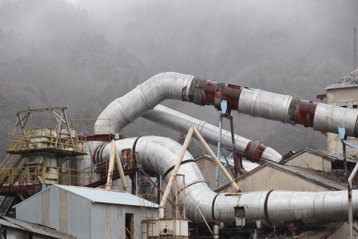 炭酸カルシウムの化学工場に降り注ぐジハイドロゲンモノオキシド どちらも吸い込むと最悪死に至る
