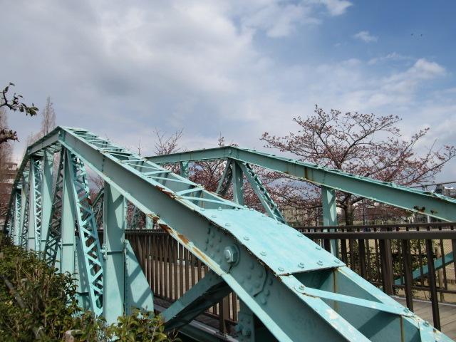 春の陽気に誘われて公園ではピントラス橋梁を眺めながら酒盛りしてる人たちだらけでした いいね!トラス見酒