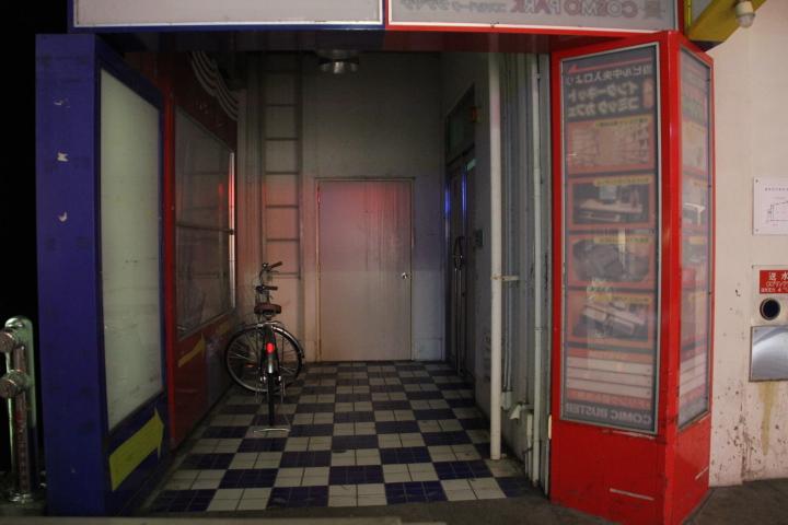 """メイド@メイド喫茶跡を歩く2012 床のタイルパターンだけで分かる人は居るろうか """"メイド喫茶跡を歩く1""""参照"""