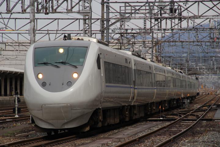 """鉄道@ここでちょっと鉄分補給 ちなみに白いのは""""サンダーバード""""じゃなくて""""はくたか""""だそうです"""