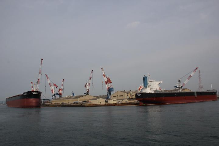 ♪クレーンクレーン 港には艤装が溢れ クレーンクレーン 陸の上のラララ 乾ドツクが萌える♪