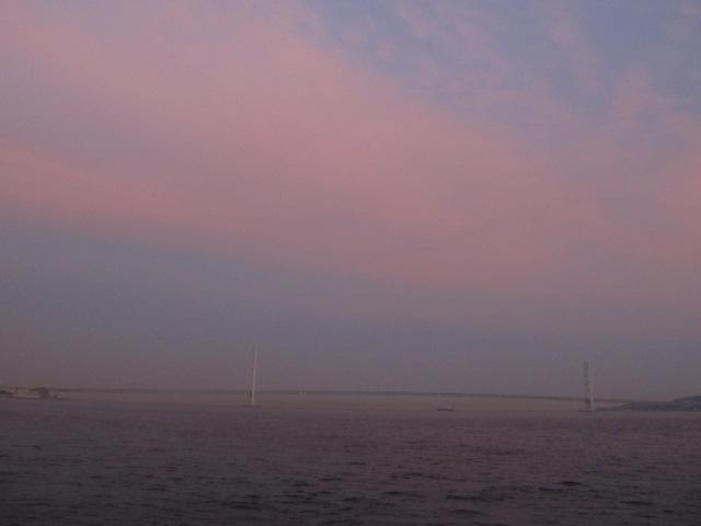 橋梁@パープルブリツジとはデジタルカメラ等に於いて隣り合った島に紫色や青色の夕焼けが出る現象である