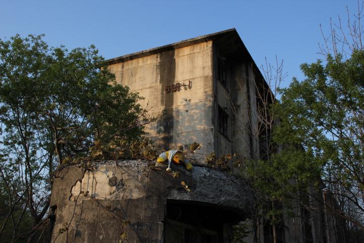 炭鉱@築別炭鉱の改良住宅の入口のとこに冬眠してるクマが居た(笑) こういうネタセンスは手に入れたいところ