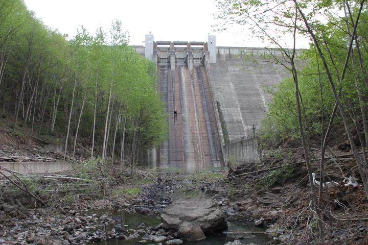 ダム@先ほどのダム湖の堤体がコチラになります
