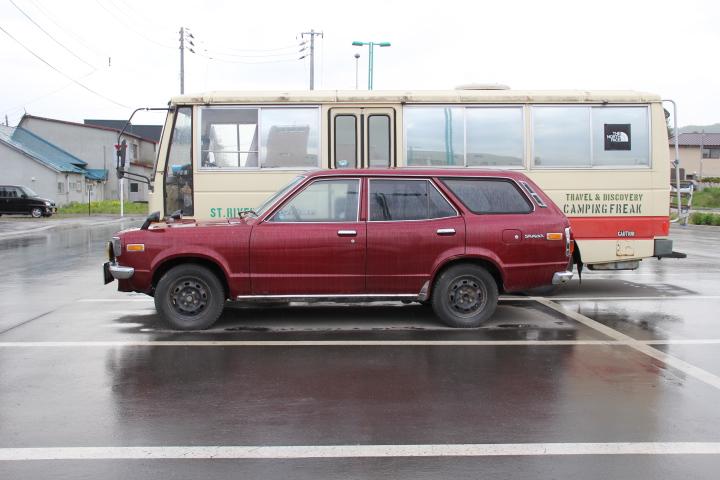 クルマ@ワゴンモデルで1文字ナンバーという稀少車! これで後ろのバスがパークウェイREターボだったらな〜
