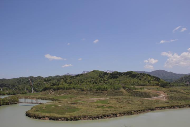 ダムに沈むのを待つ白金の炭鉱街は数十年ぶりにかつての街の跡をはっきりと浮かびあがらせていました