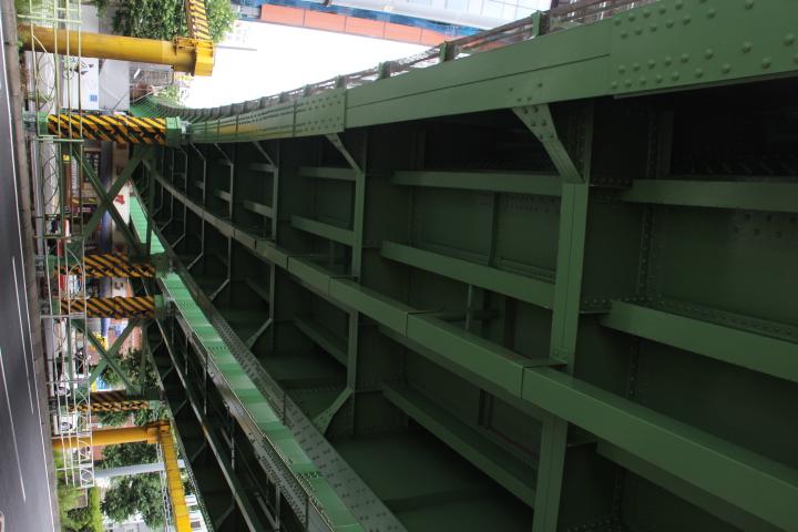 万世橋の跨道橋は初の曲ガーダーで3径間を2つに詰めた際に水道橋側がゲルバー構造になっている