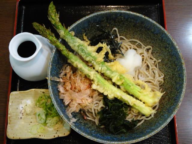 グルメ@本日の蕎麦紀行 アスパラガス天ぷらのぶっかけソバ 菜の花天ぷらにも似た歯応えと甘さが素晴らしい