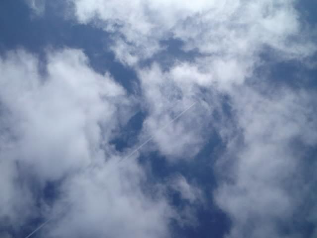 光る雲を突き抜けて