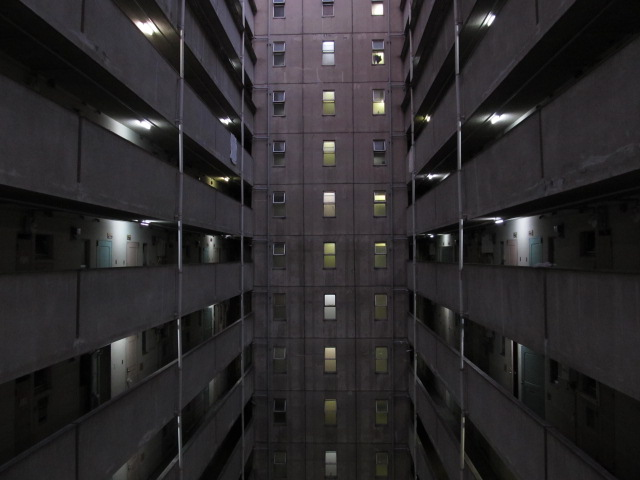建築@「見てください、この見事なツインコリダー」 ツイコリの真ん中をエレベータシャフトが貫くカッコ良さ