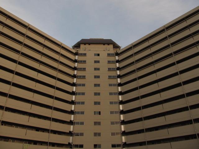 しかもツイコリそのものが巨大な高層スターハウスの一辺を構成していて、一棟で2度おいしいという名建築