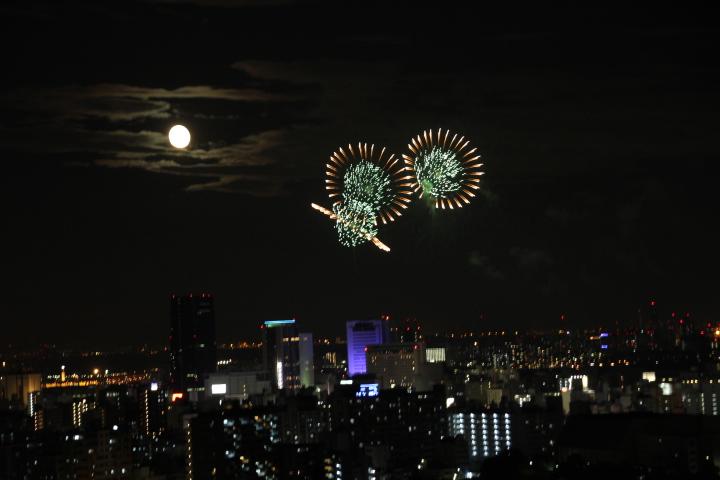 原稿に終われつつも花火の音についつい近くの高台で独り写真を撮ってみたりとか