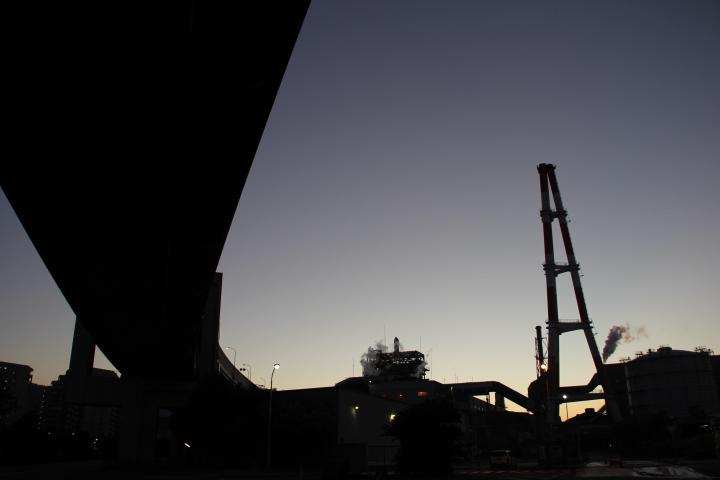夜明けの高架橋脚&工場