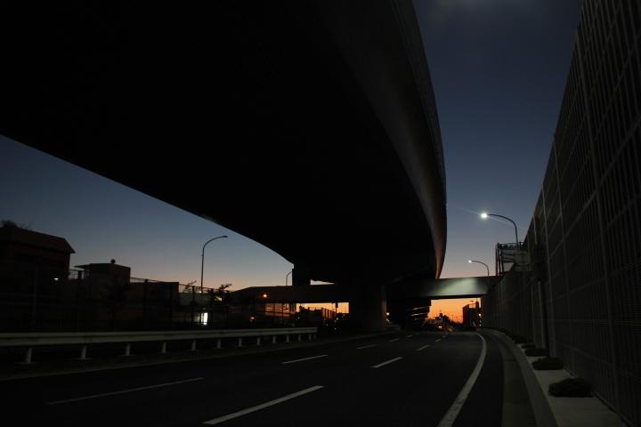 夜明けの高架橋脚(熊本ではありません)