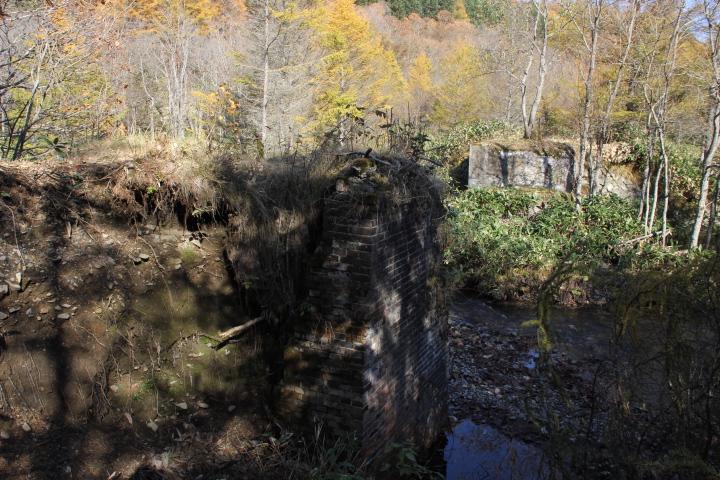 紅葉だけでなく、橋脚やアーチ橋や橋台のレンガ下も赤く色付いております(レンガは通年で赤いけど)