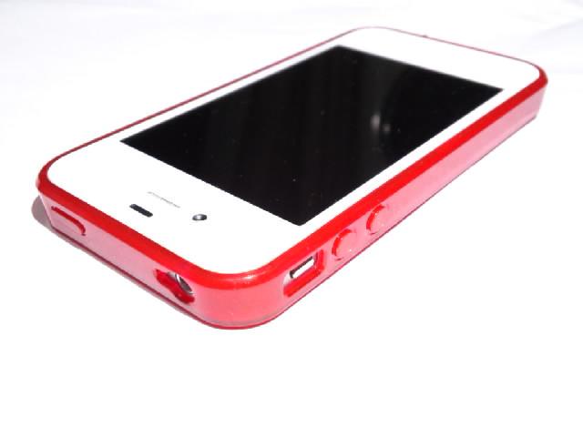 白いiPhoneとTuneWearの赤いSoftShellケースが、まるでauのデザイン携帯ニシキゴイみたいに鮮やかで映える