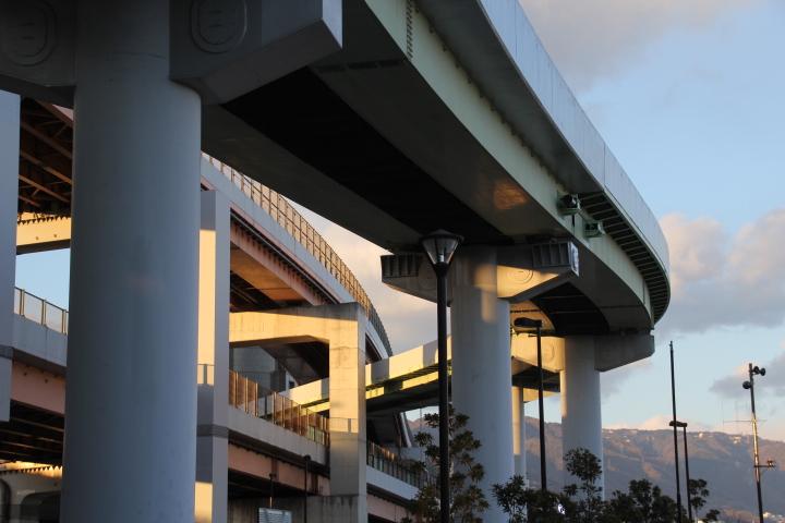 高架橋の隙間を縫う高架橋