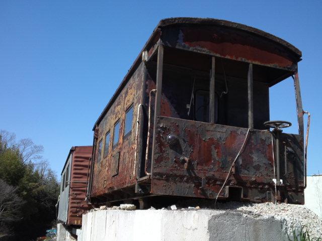 小型の入れ換え機関車と車掌車と屋根のある有蓋車と屋根の無い無蓋車と青空しかなかった
