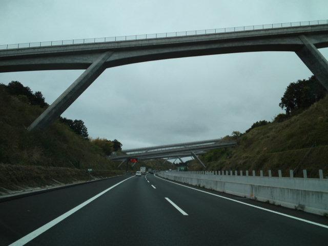 新東名高速の沼津〜富士の間にラーメン構造の方杖橋が続いてて面白い 桁高の低い橋は単なる方杖橋になのに