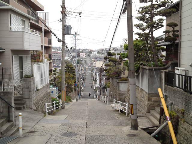 家の近所も意外にアニメの聖地っぽい景色はあるよな ダイナギガのOPみたいな坂の光景だ(←誰も覚えてないか