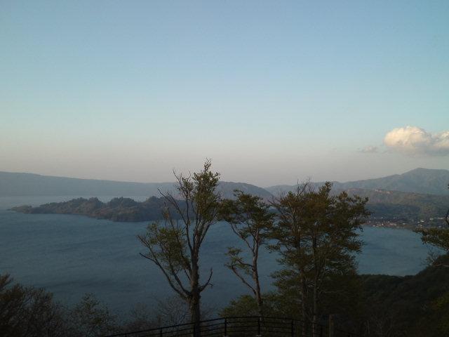 十和田湖の日没に間に合ったが、日が暮れたとはいえ寒すぎると思ったら、道路脇はまだまだ積雪だらけだった