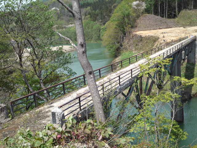 今日の三弦橋 建設中の新しいダム湖に昔の街や三弦橋が沈むのは、まるで大夕張の三弦橋とそっくりでした