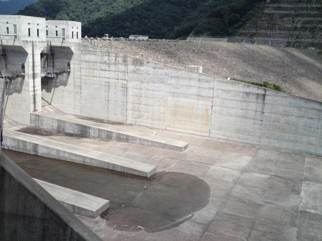 徳山ダムのクレストゲートからの放流