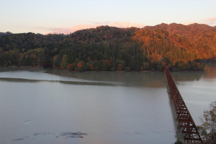 ダムの満水標識から察するに山の中腹まで水が来ます、タウシュベツと違い三弦橋は水没しっぱなしになります