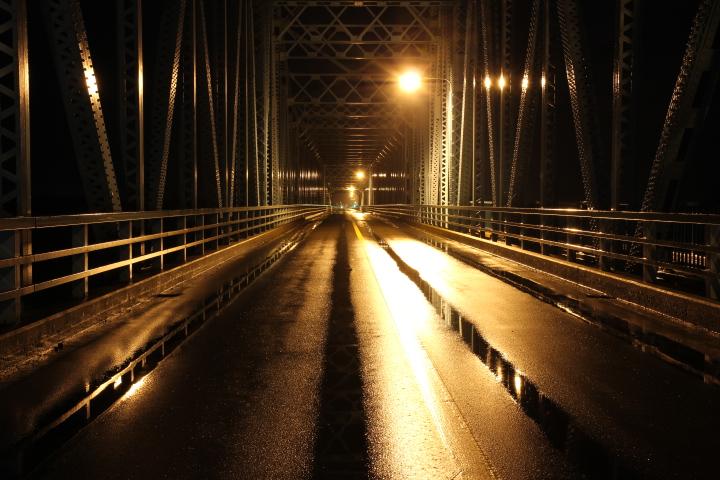 茂岩橋の夜景で何が撮りにくいって、カンチレバーの頂点下に街灯があるので遠景も内景も頂上が暗くなるのだ