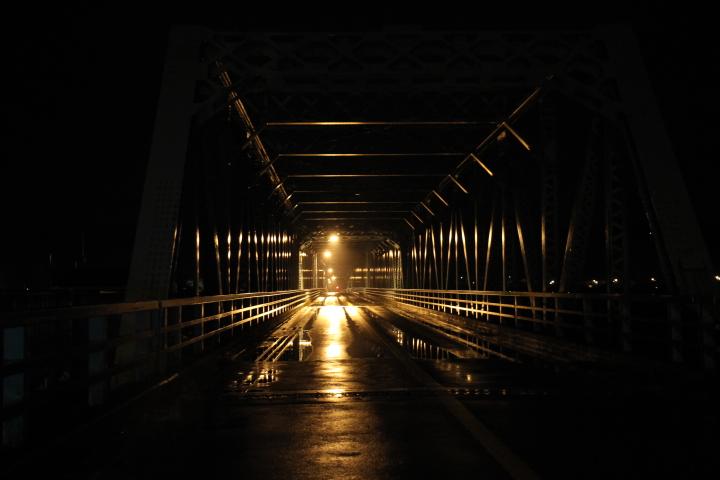 さっき磯部さんのブログにUpされた 十勝川に架かるカンチレバートラス&プレートガーダー34連の茂岩橋の夜景