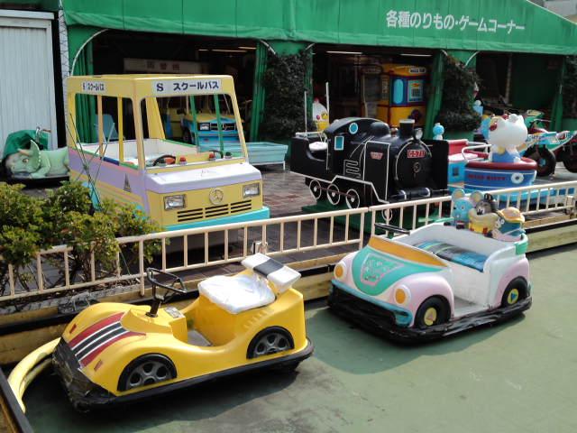 屋上遊園地には定番の電気自動車もこの通り