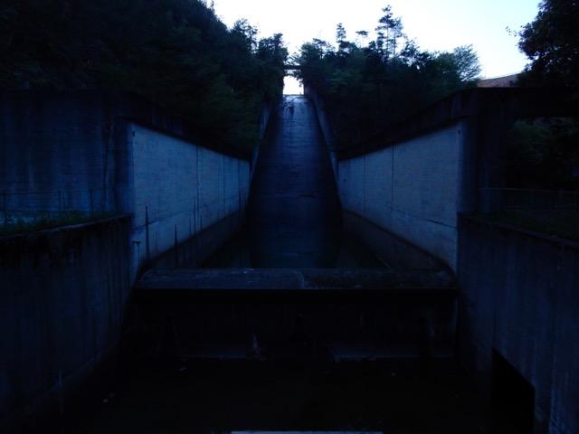 黄昏のダム放水路