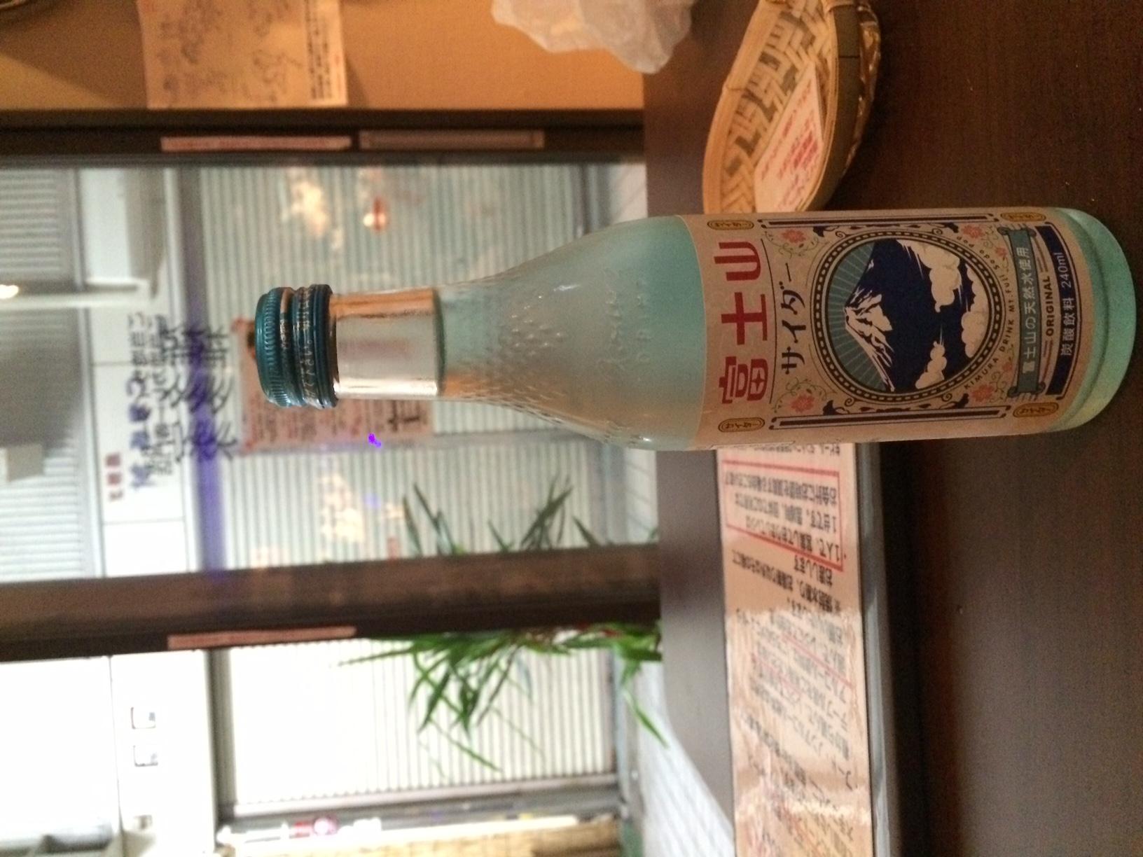 ネタ飲料で有名な木村飲料がたまに放つ真面目なサイダーの一つ「富士山サイダー」 甘さ控えめでまさしく富士山のような清涼感がある 旨い!