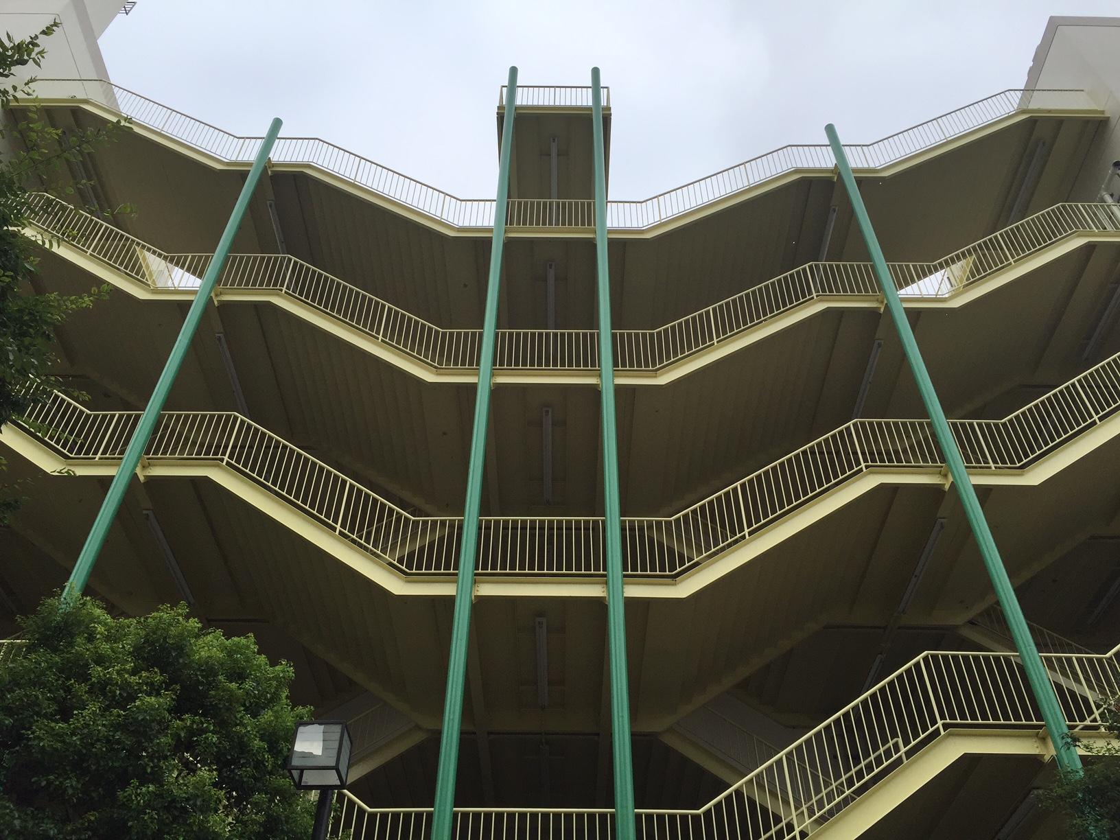 船橋駅前のイトーヨーカドーの非常階段がシンメトリーでカッコいい