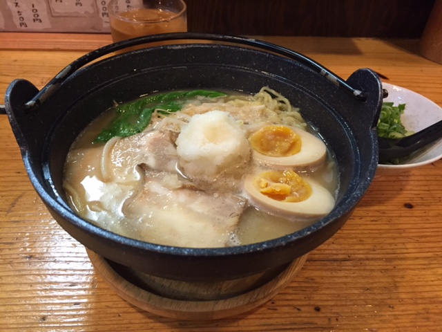 今日の #ラーメニング 広島の薬研堀通りにある鍋焼きラーメン「ひさし」 鍋焼きに合わせた硬めの麺とあっさりトンコツっぽいスープがなかなか良い