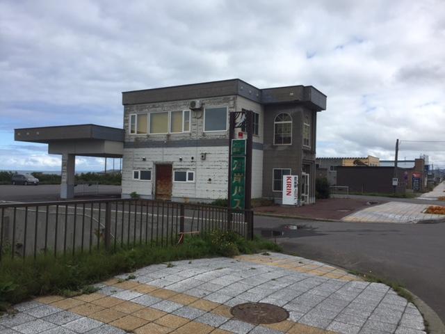 沿岸バスの増毛バスターミナル、近代建築と呼ぶには実用的な設計だけど、質素なようで意外にデザインが少し凝ってて昭和の匂いがムンムンする それにしてもなぜこんなに街外れにあるんだろうか