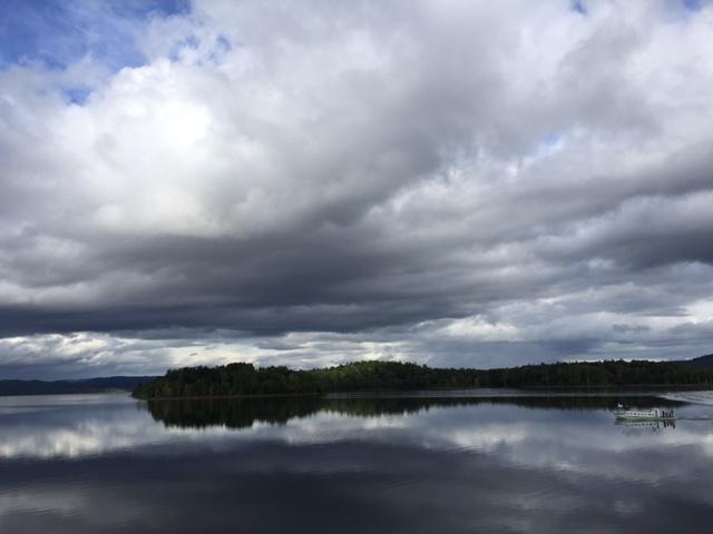 空気の澄んだダム湖の風景(平たく言って寒い)