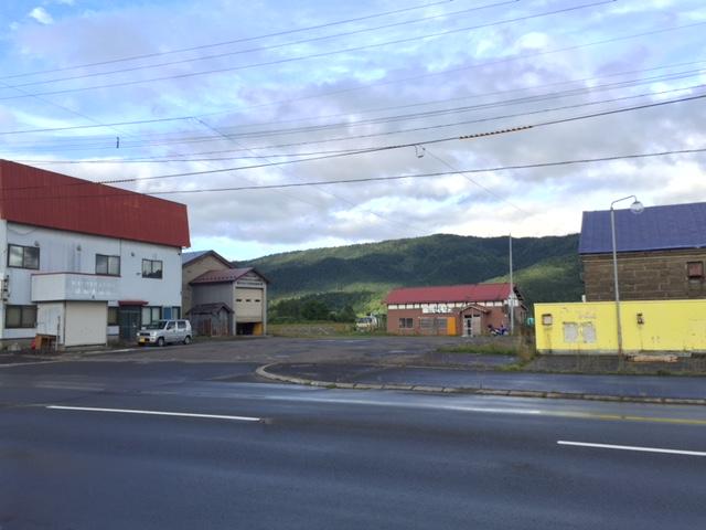 廃線跡の廃駅前の廃ガソリンスタンド付き廃商店