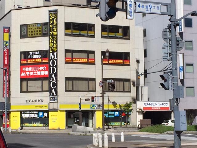 格安ガソリンスタンド「モダセルフ」を筆頭に北海道の多角経営企業「モダ」が「モダ48」なる看板を掲げてるから、アイドル産業でも始めたのかと思ったら単なる住所だった(北海道にありがちな命名規約)