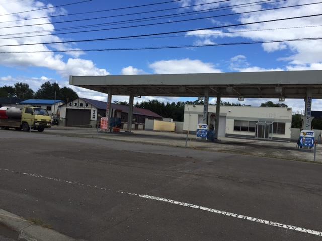 国道12号線の砂川にあった廃ガソリンスタンド、灯油販売車のダイナが年代物