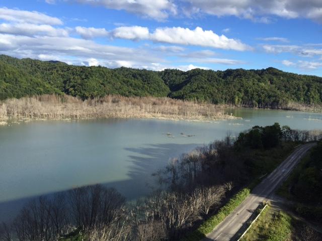 ダムのために造られダムのために消えた道のことを尊敬語で「おダム道」と呼ぶ(ダジャレ)