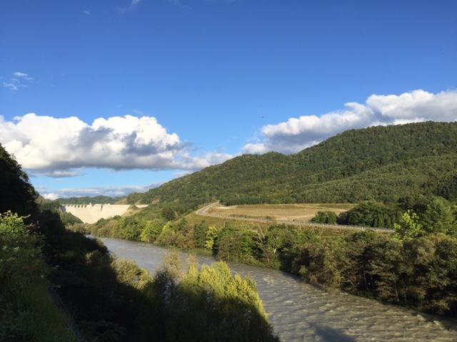 天端高くダム肥ゆる秋(なな爺ココロの俳句)   天端の高い大型ダムは秋になると台風の洪水対策のために貯水量が増えていくことを読んだ一句